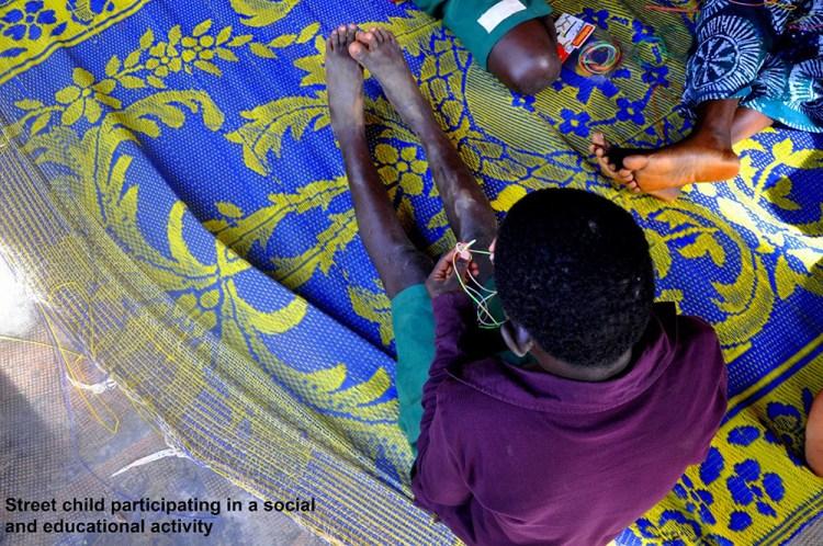 Un enfant de la rue participe à une activité sociale et éducative