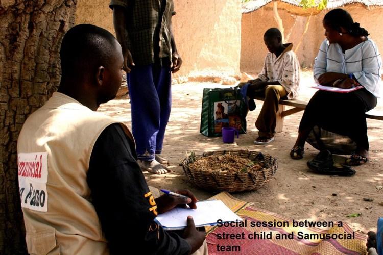 Une équipe du Samusocial dispense une aide sociale à un enfant de la rue