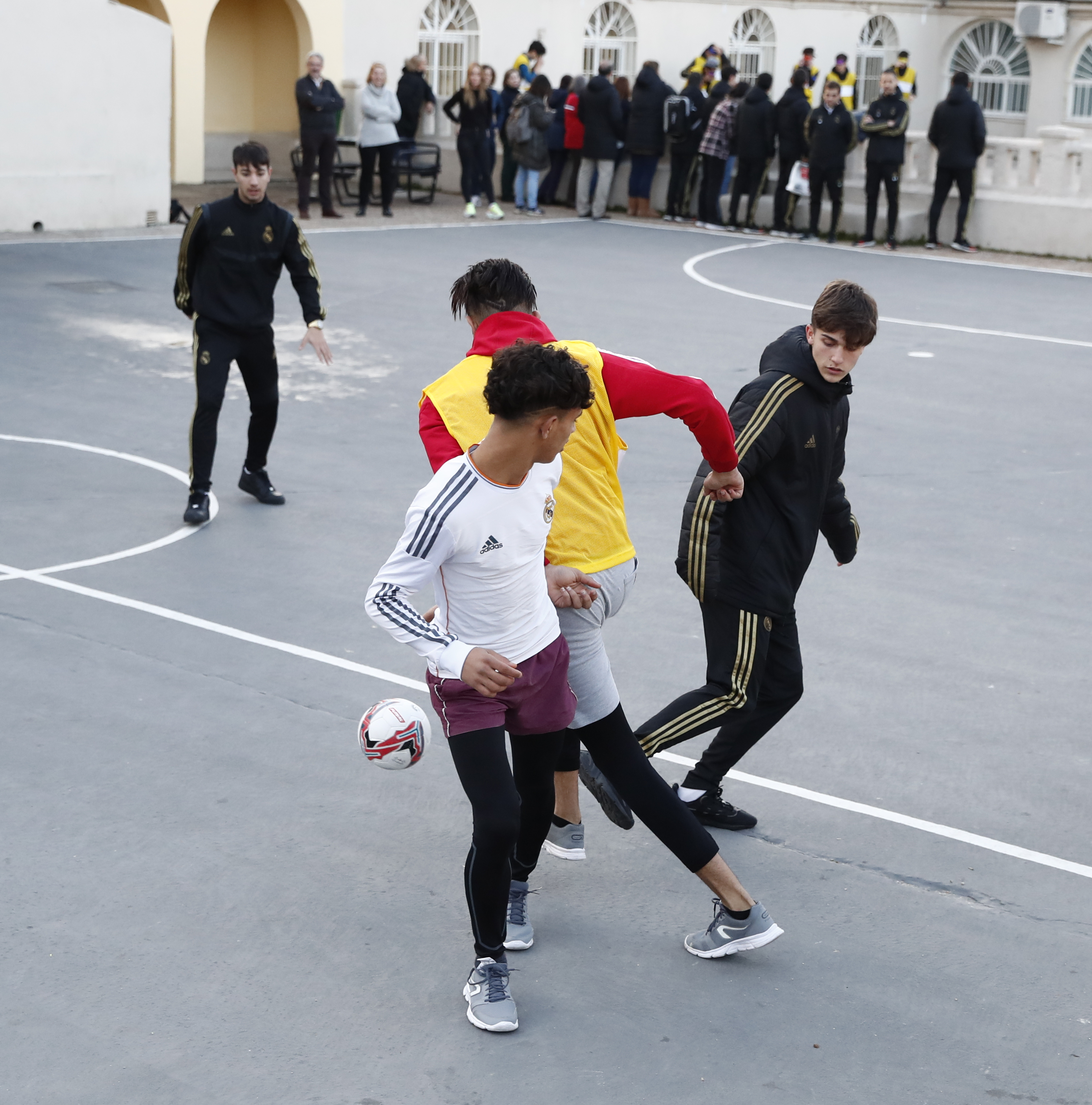 Real Madrid - visit of U16 to shelter homes Madrid