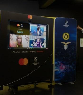 Des enfants rencontrent virtuellement des joueurs vedettes de l'UEFA Champions League avant le coup d'envoi